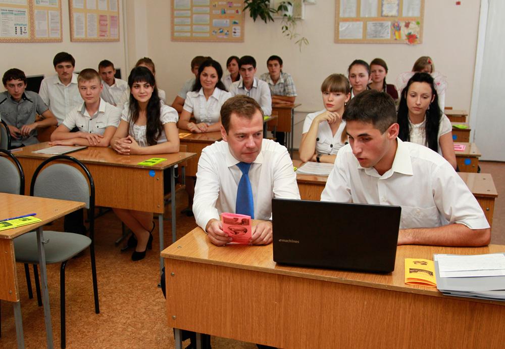 Назад в СССР! Медведев высказался за строительство типовых школ по опыту Советского Союза