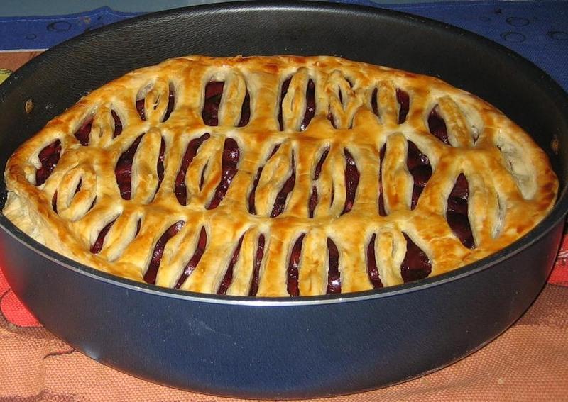 Пирог с вишней из слоеного теста