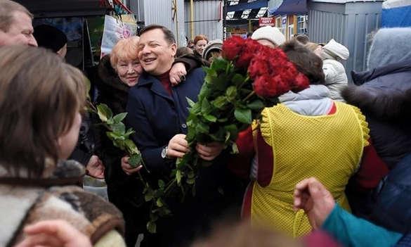 Ляшко опять что-то перепутал: принёс цветы продавщицам на рынке (ФОТО, ВИДЕО)