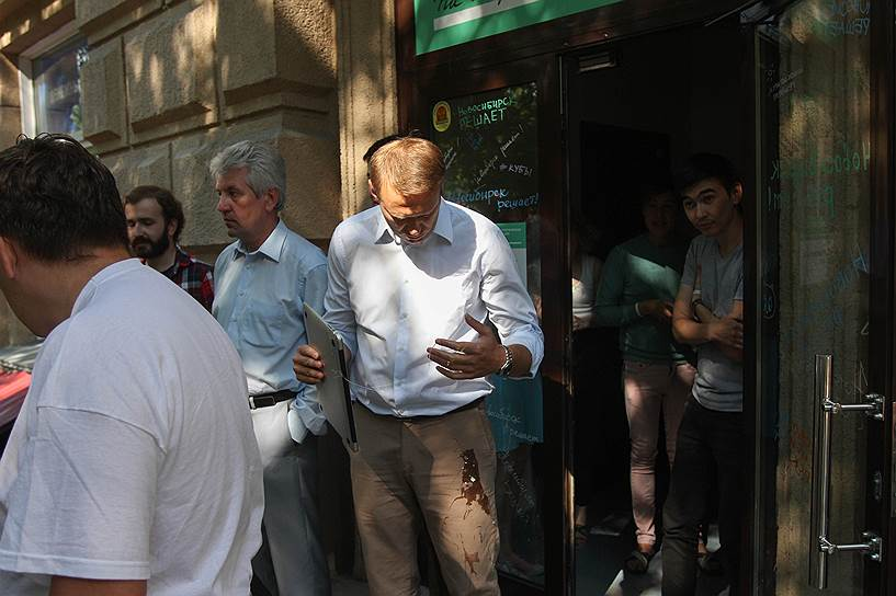Алексея Навального в Новосибирске закидали яйцами