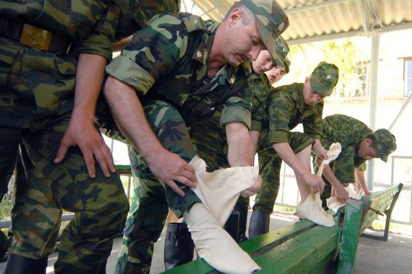 Призывники пытаются попасть в армию правдами и неправдами