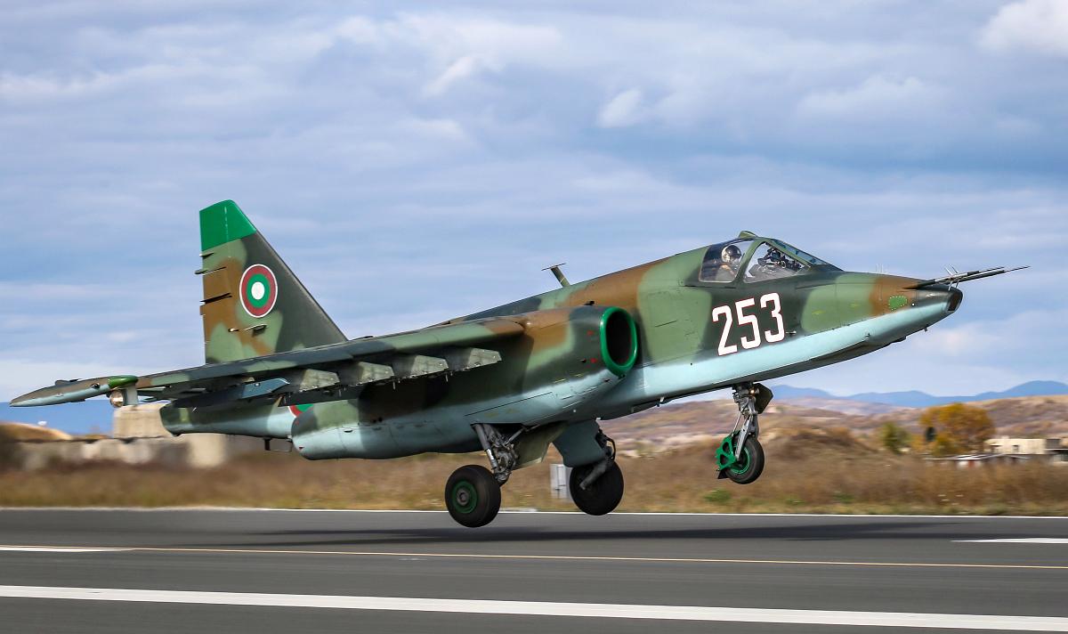 Объявлен тендер на ремонт и малую модернизацию болгарских штурмовиков Су-25К и Су-25УБК