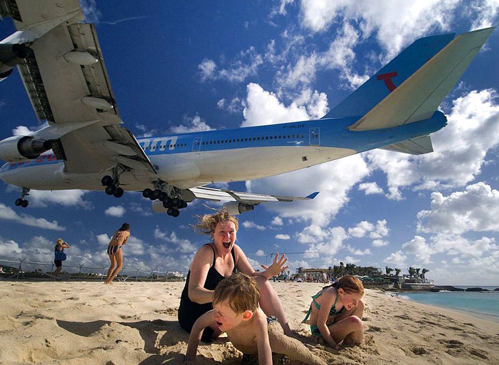 25. Пляж рядом с аэропортом, самолёт заходит на посадку. люди, мир, удивительные фотографии