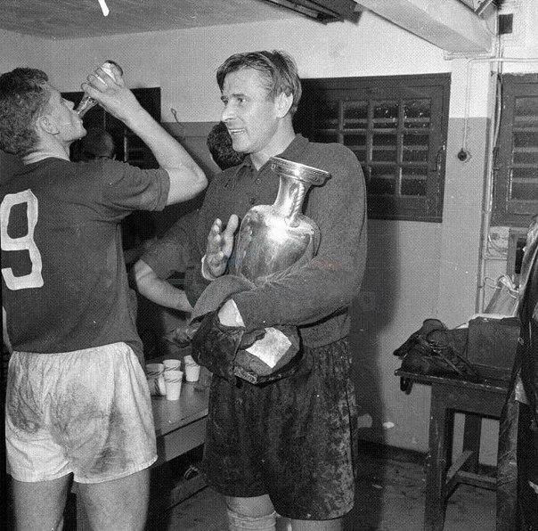 Лев Яшин с Кубком Европы в раздевалке сразу после победы над сборной Югославии в финале 1960
