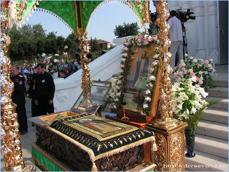 Открытая рака с мощами преподобного Серафима Саровского: Дивеево, 1 августа 2007 года: <a href=