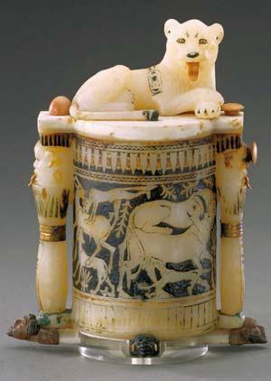 Сосуд для косметики, вырезанный из куска кальцита. Найден в захоронении Тутанхамона (около 1350& г. до н.э.)