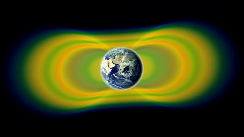 Американцы никогда не летали на Луну: Выше 24 000 км над Землей радиация убивает все живое!