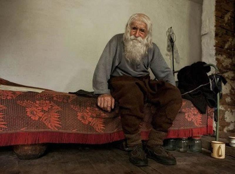 С виду обычный старик, который просит милостыню на улицах. От таких людей не ожидаешь такого...