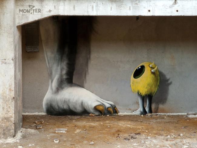 Художник рисует монстров на стенах заброшенных зданий Берлина