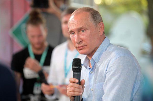 «К рекламе этой одежды готов». Путин в Крыму посетил молодёжный форум