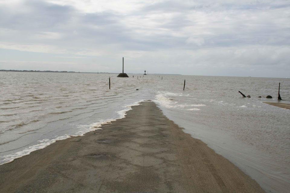 Дорога, дважды в сутки уходящая под воду вода, дорога