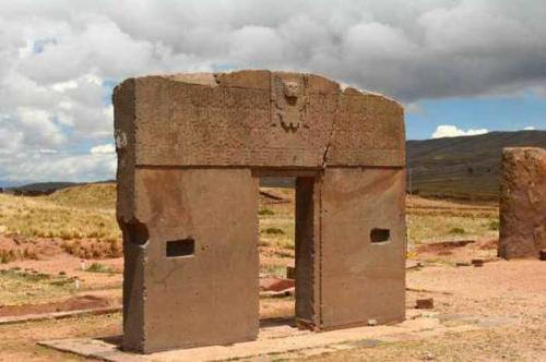 Каменные сооружения поражают и сбивают с толку археологов, которые не в силах объяснить, каким образом на тот момент камни могли быть вырезаны с такой впечатляющей точностью.