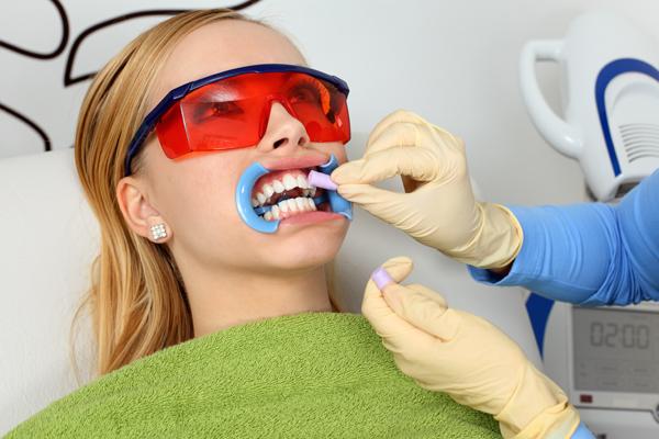 Отбеливание уничтожает состав эмали зубов