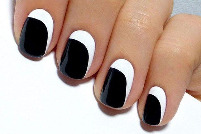 Лунный белый маникюр с черным
