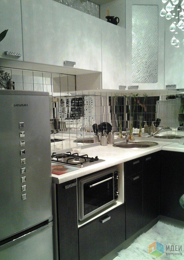 Маленькая кухня, белая кухня с зеркальным фартуком