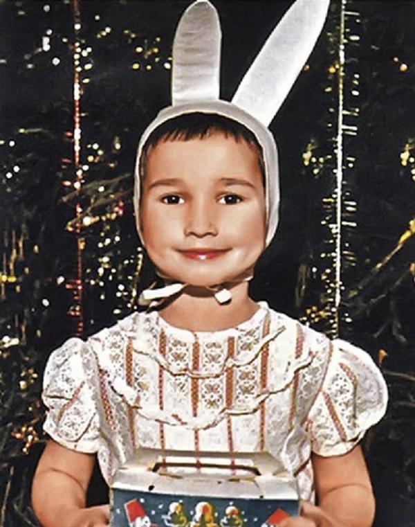 Зайчики и cнежинки: 19 детских фото наших звезд на новогодних утренниках