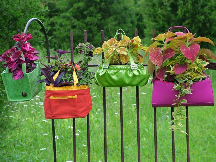 Яркие и уникальные цветочные горшки, в прошлом бывшие женскими сумками.