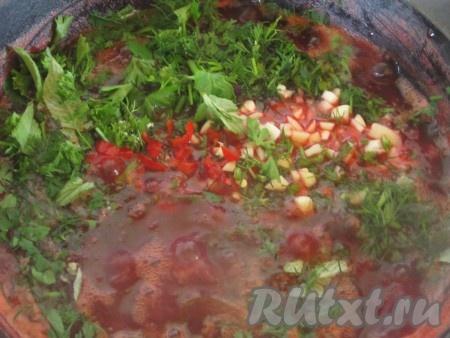 Через минут 20-25 после закипания добавляем зелень, чеснок и перец к сливам.