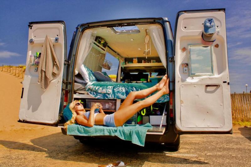 Дорожная романтика: пара превратила минивэн в дом на колесах и путешествует на нем по Европе
