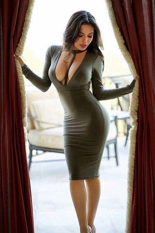 Красивая женщина в обтягивающей