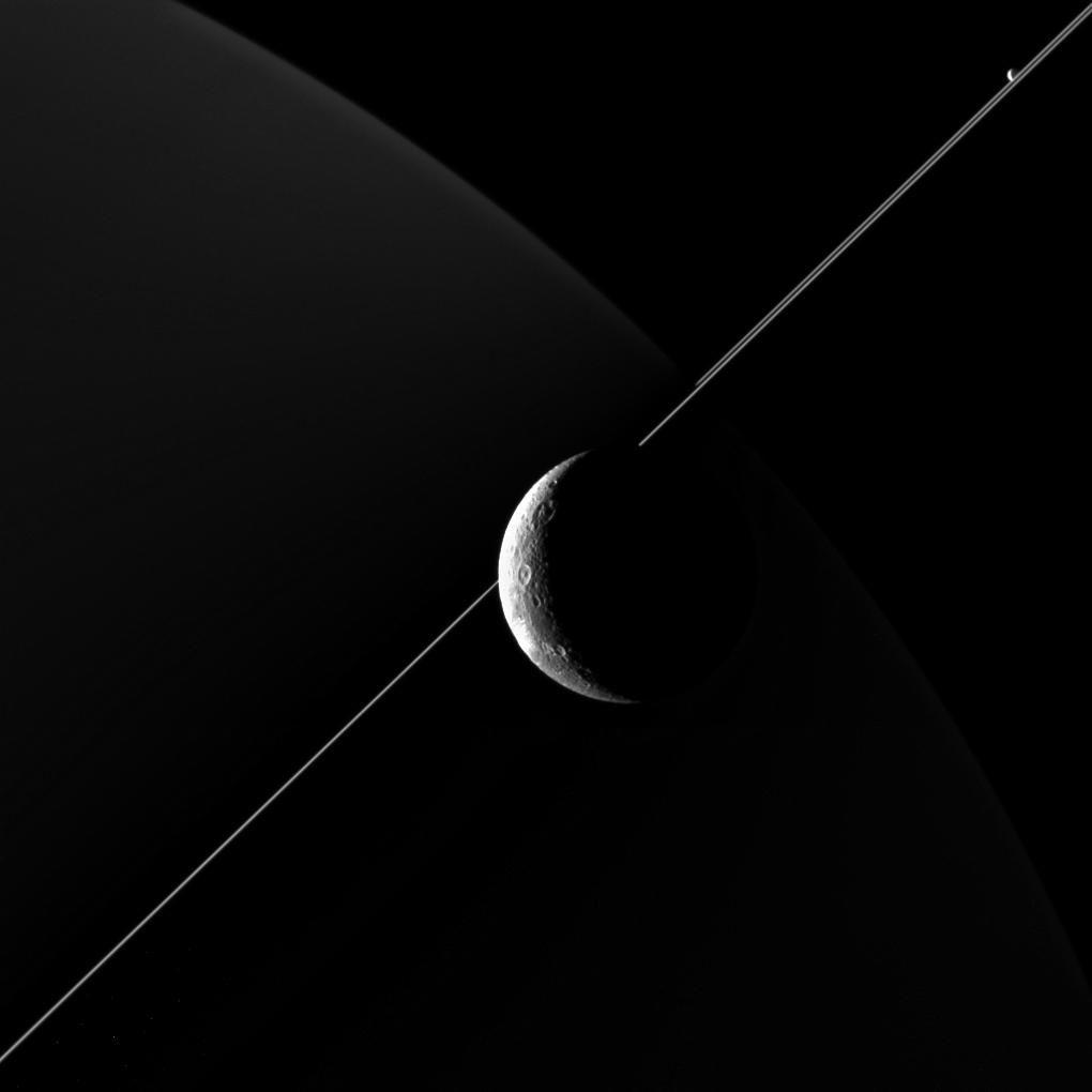Космический аппарат Cassini представил новый снимок спутника Сатурна Дионы