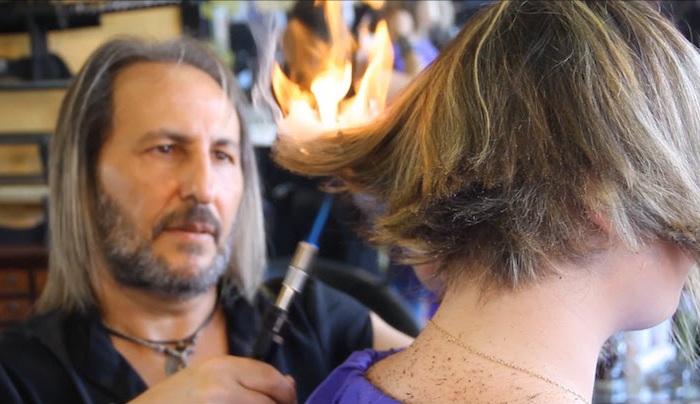 Ножницы – для слабаков: парикмахер делает стрижки самурайскими мечами и паяльной лампой