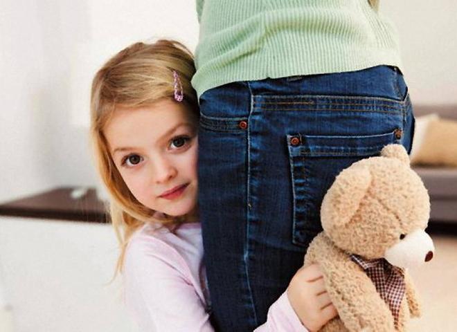 Застенчивый ребенок: откуда появляется черта характера и нужно ли с ней бороться