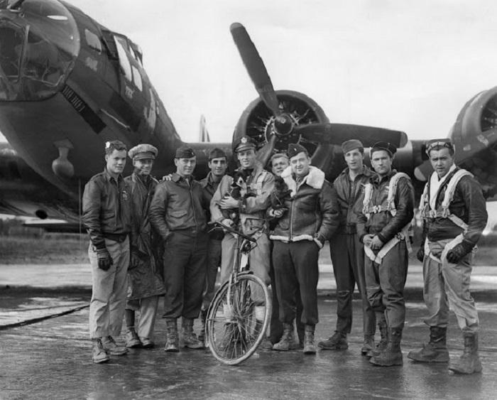 Американский пилот Роберт Бискер и его экипаж со своими талисманами: собакой по кличке Лоскут и обезьяны по имени Джо.