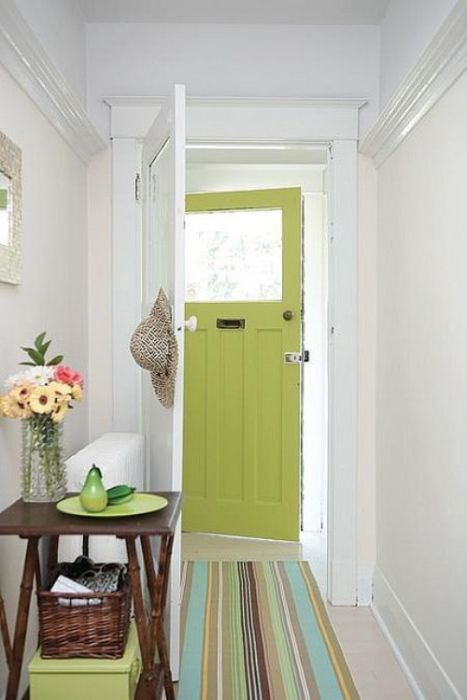 Зелёный цвет двери повторяется на коврике и в других аксессуарах