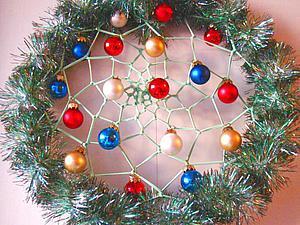 Мастерим новогодний ловец снов из мишуры и елочных украшений