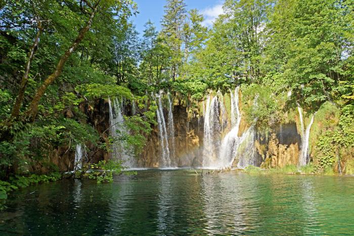 Заповедник включает в себя 16 озер, 140 водопадов, 20 пещер и уникальный лес.