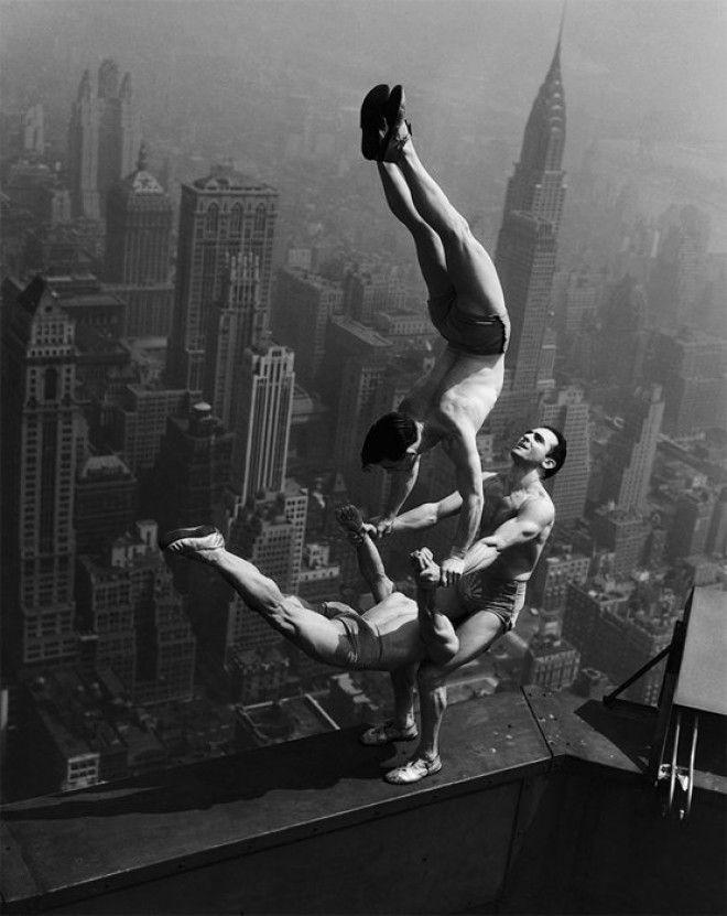 10 Акробаты балансируют на краю Эмпайр Стейт Билдинг война история память