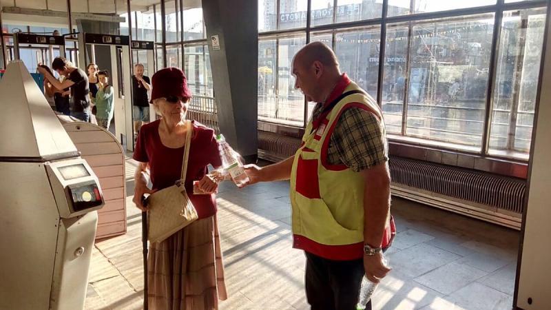 Бутылки с водой начали раздавать пассажирам на 11 станциях МЦК