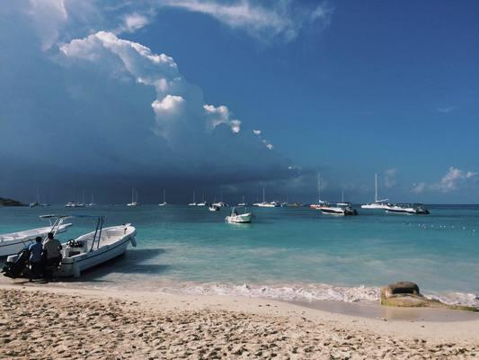 Слишком песчаный пляж, скучный Лувр, волны по расписанию – самые нелепые жалобы туристов