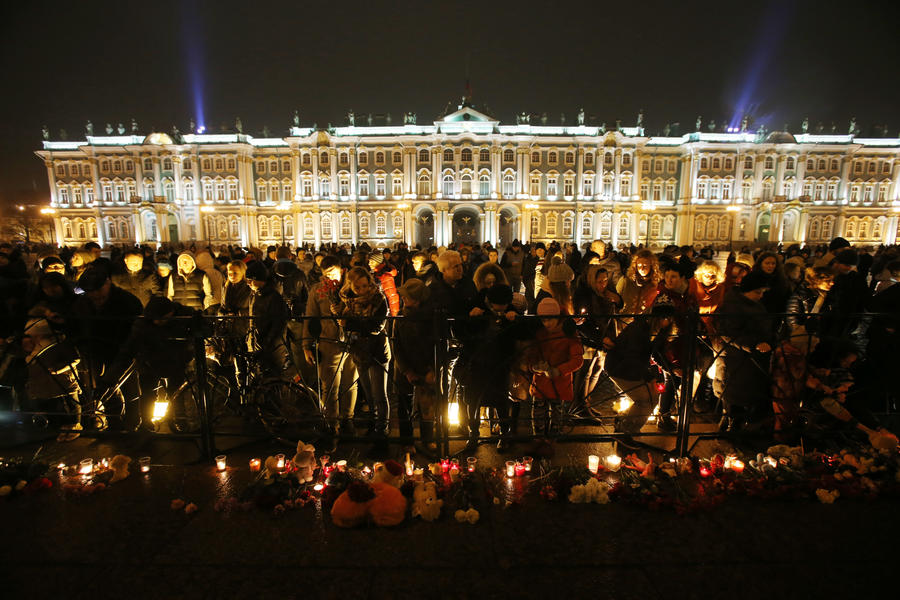 Сотни людей по всему миру почтили память жертв авиакатастрофы в Египте