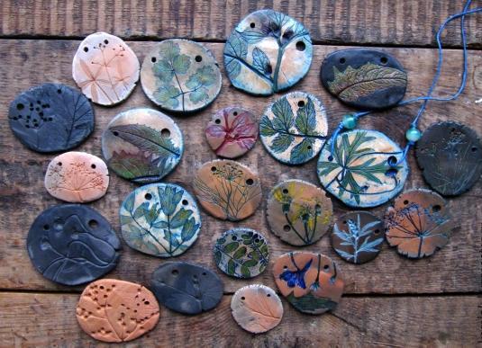 Глиняный кулончик с отпечатками растений