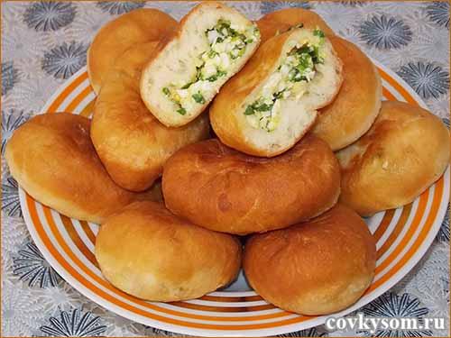 Жареные пирожки из дрожжевого теста на сыворотке с луком и яйцом
