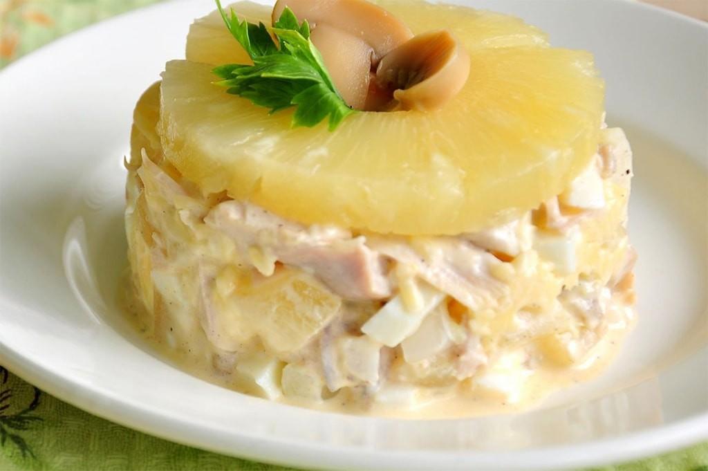 Салат курица ананасы сыр яйца