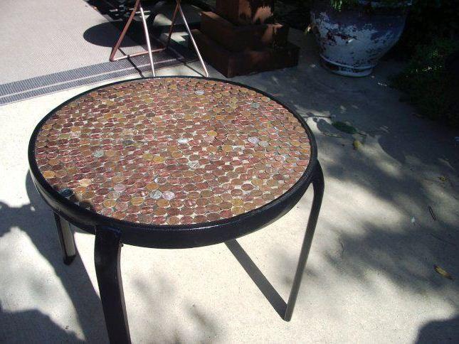 Из монет можно сделать вот такой красивый столик монетки, поделка