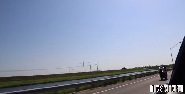 b2ap3_thumbnail_yamaha-r1m-races-a-nissan-r35-gt-r-on-the-highway-covers-it-in-shame-video-95701_1.jpg