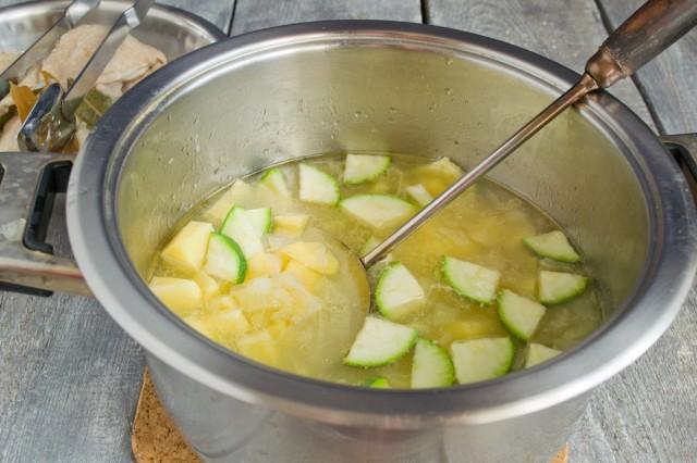 Добавляем в бульон кабачки и картофель