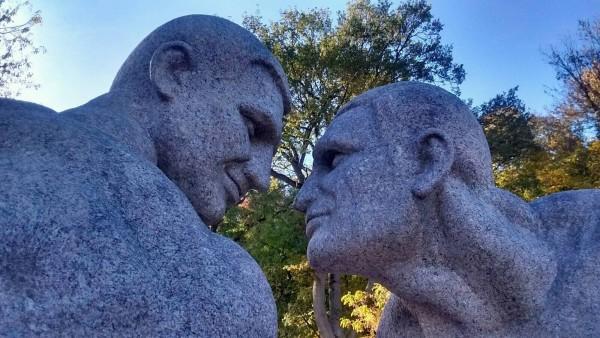 На украине открыли памятник голубкам