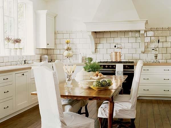 Кухни в стиле прованс сразу можно узнать по вытяжке - она огромная и без намеков на современность