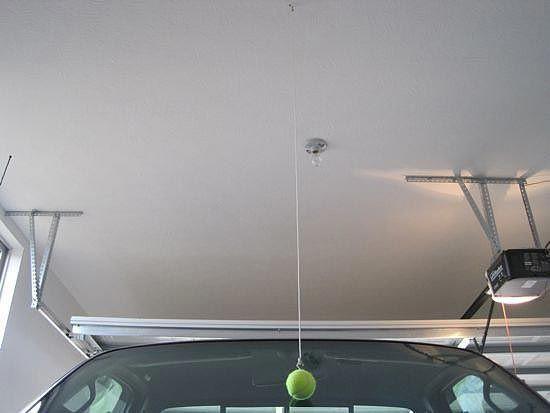 Подвесьте в гараже теннисный мяч, чтобы всегда парковаться без проблем авто, интересно, полезные вещи