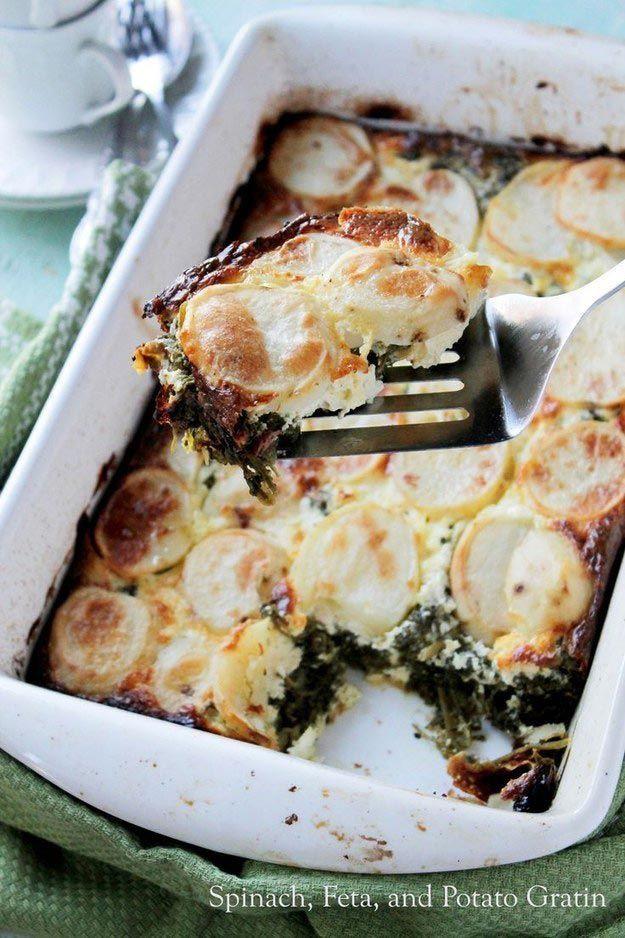 Шпинат, сыр фета и картофель с хрустящей корочкой еда, овощи