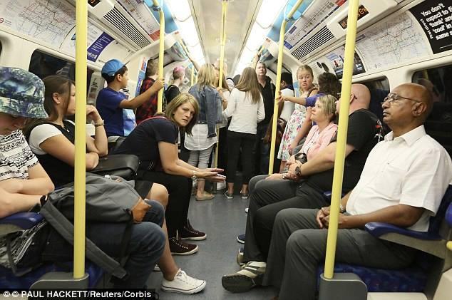 Как себя вести, если видишь голую женщину в метро