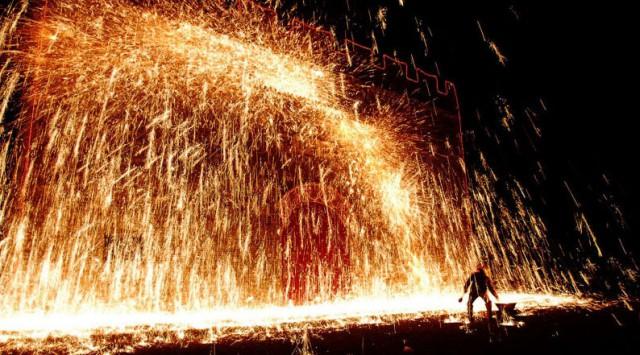 Во время Фестиваля фонарей китайские мужчины обливаются раскалённым железом