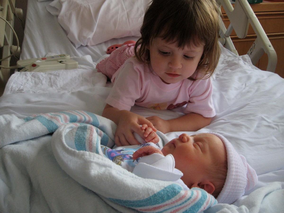 Старший брат трахнул младшую сестру 19 фотография