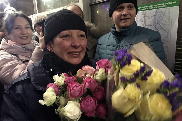 «Лучший день рождения в жизни»: В Подмосковье пассажиры трогательно поздравили контролера железнодорожной станции