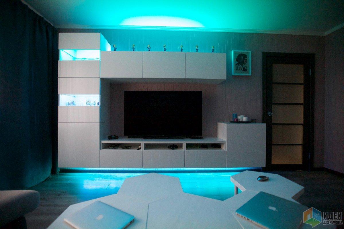 Цветная светодиодная подсветка, телевизор в гостиной
